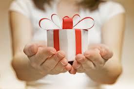 cadeau dans main